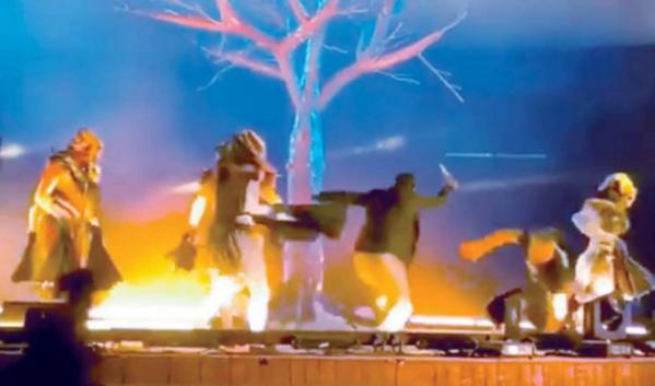 بالفيديو: فرقة موسيقية تتعرض للطعن على المباشر
