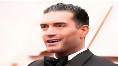 """صورة بعد إعلان مثليته جنسيا.. حفيد عمر الشريف يثير الجدل بـ """"حمالة صدر""""- صورة"""