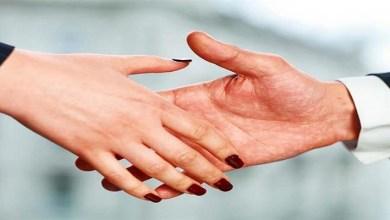 صورة أزمة كورونا.. منظمة الصحية العالمية توجه نصائح لتجنب التحية بالعناق والقبل