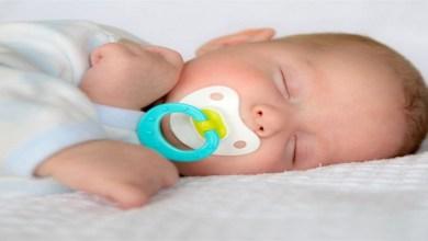 صورة تجنبي إعطاء اللهاية لطفلك مباشرة بعد الولادة لهذا السبب