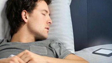 صورة أبرزها العقم .. مخاطر صادمة للنوم بالقرب الهاتف الذكي