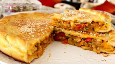 صورة وصفات رمضان.. طريقة تحضير فطيرة محشوة بالدجاج والخضر- فيديو