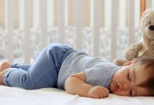صورة ما هي مخاطر نوم الرضيع على بطنه؟
