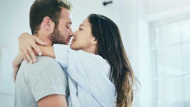 صورة تأثير العناق على الرجل واهميته في الحياة الزوجية