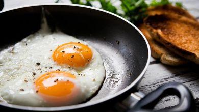 صورة منها البيض والمكسرات.. أطعمة تعزز نمو الشعر وتغذيه