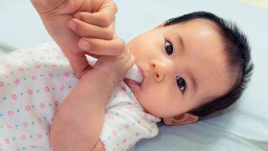 صورة الطريقة الصحيحة لتنظيف فم الرضيع