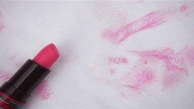 صورة أسهل الطرق لإزالة بقع أحمر الشفاه من الملابس