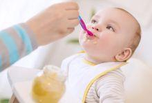 صورة متى يبدأ الرضيع بتناول الطعام الصلب؟