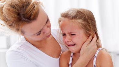 صورة تعرفي على أسباب بكاء طفلك عند التبول