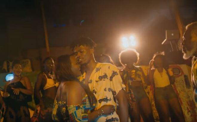 Kwesi Arthur in Porpi video