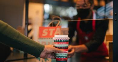 Starbucks Southern Africa is adding a splash of colour and festive goodwill to its exciting new 'Carry the Merry' campaign –