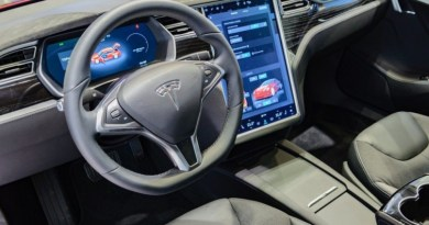 Tesla recalls US vehicles over failing touchscreens
