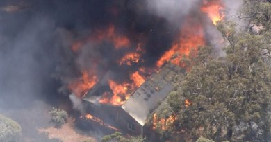 Perth: Bushfire threatens locked-down Australian city
