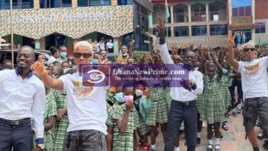 KiDi entertains students in Lil Win's school, Great Minds [Video]