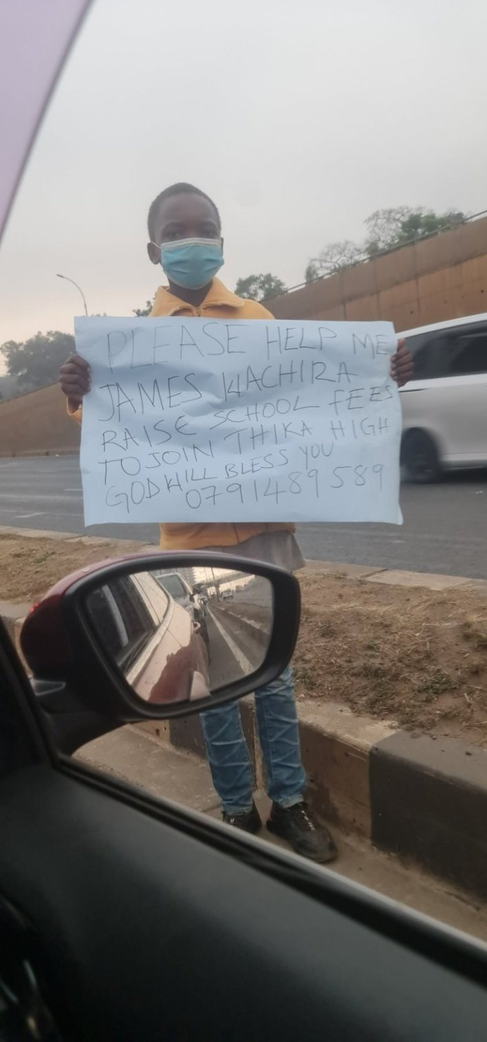A 12-year-old boy storms the street to beg for money to raise his school fees