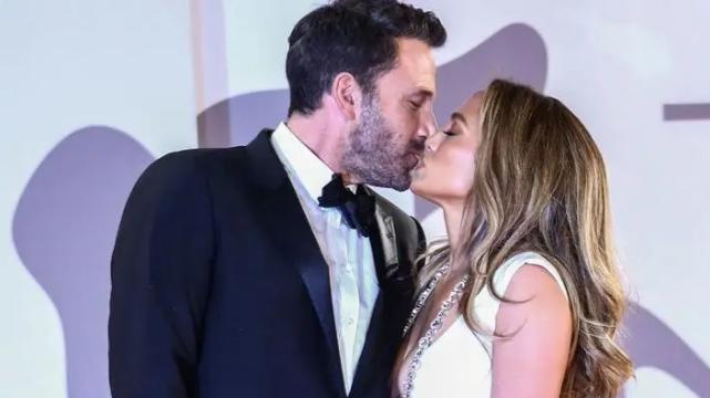 Jennifer Lopez Serenades Kisses Alex Rodriguez on Stage for His Birthday