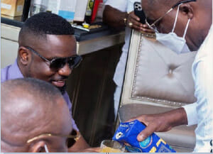 Photo of Pictures of Dr. Osei Kwame Despite serving Sarkodie with juice goes viral, social media reacts