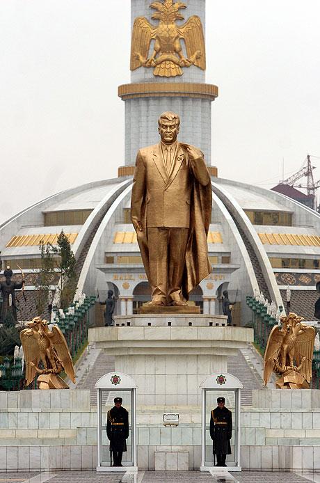 статуей президента