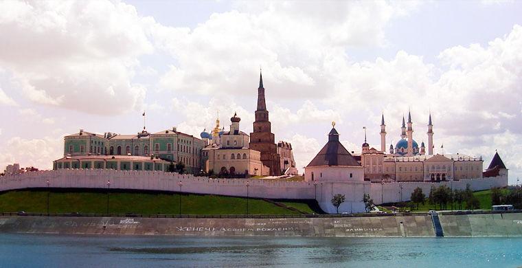 Казань стоит на стрелке Волги и реки Казанки