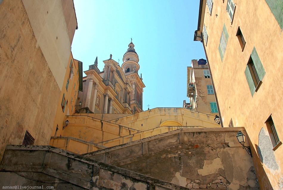 Каменная лестница ведёт к сердцу Старого города - на площадь Сен-Мишель