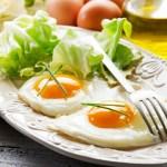 Что полезнее-вареные яйца или жареная яичница?