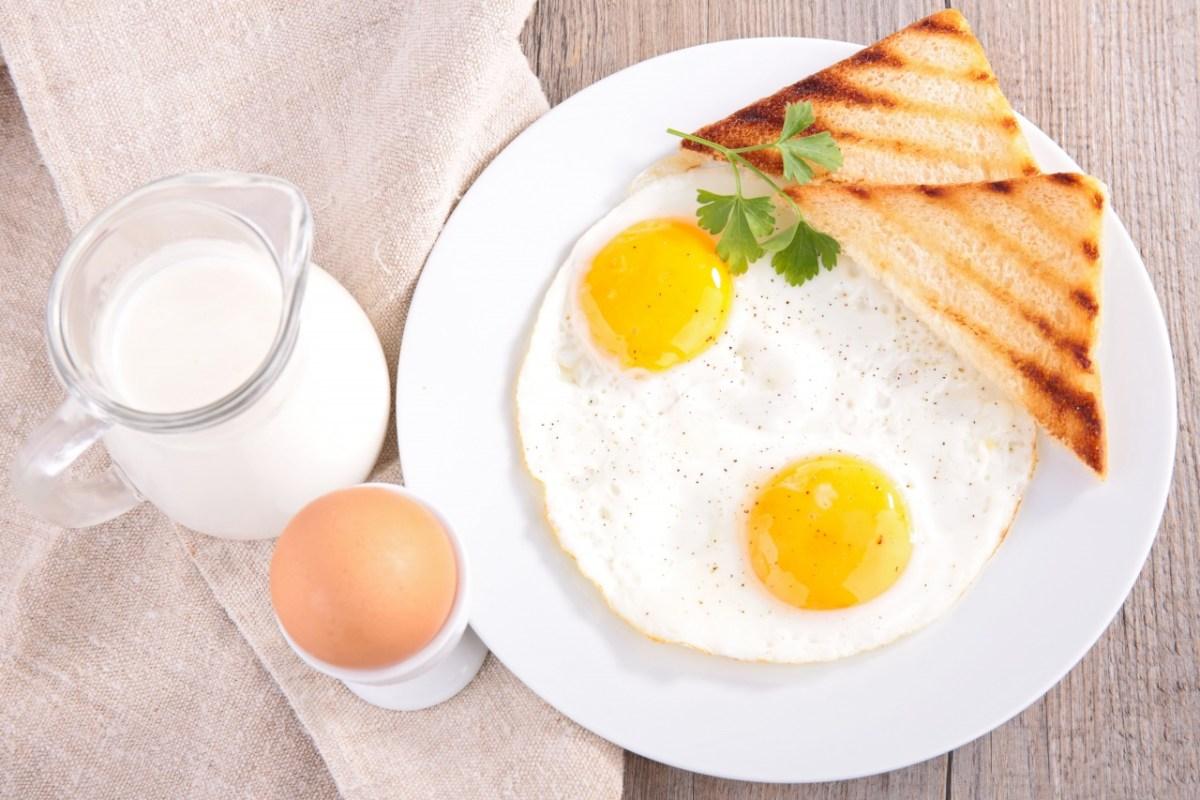 Что полезнее яичница или вареные яйца.