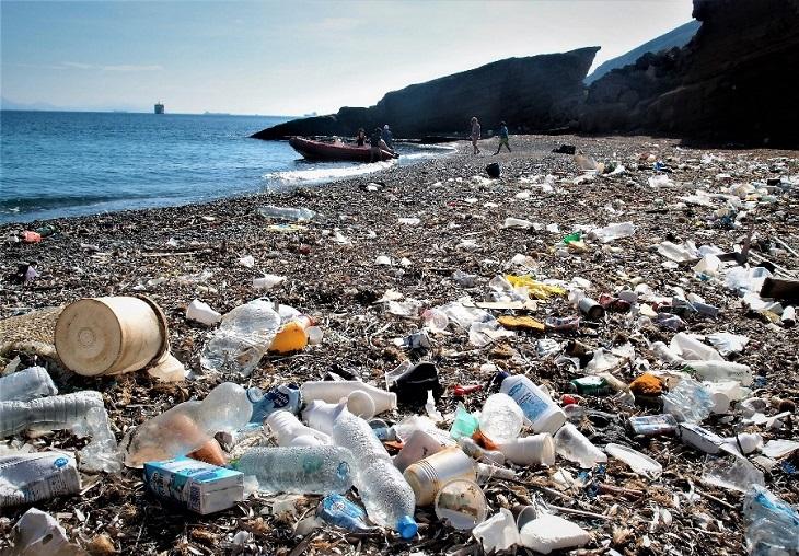 Plásticos en el Mar - Basura en la arena