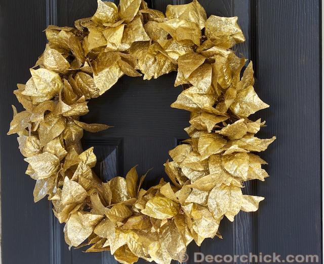 ghirlanda di Natale realizzata con foglie oro dipinte
