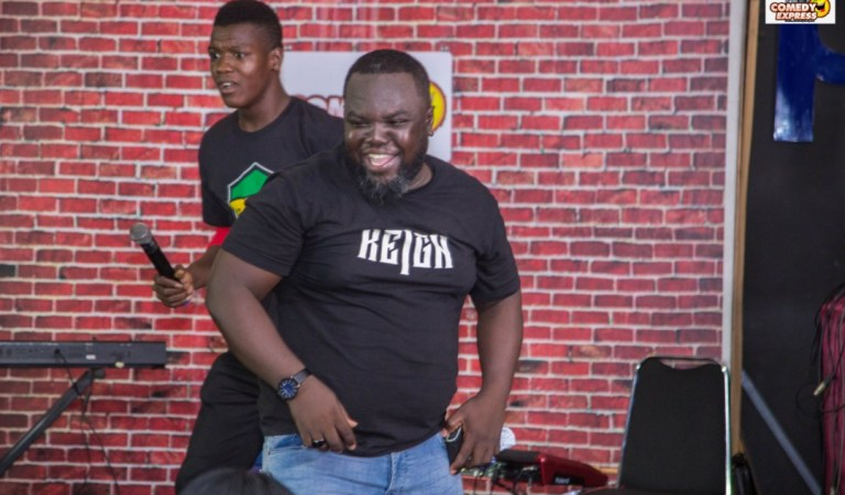 Shatta Wale's friend showers young comedian Ranzy money on stage