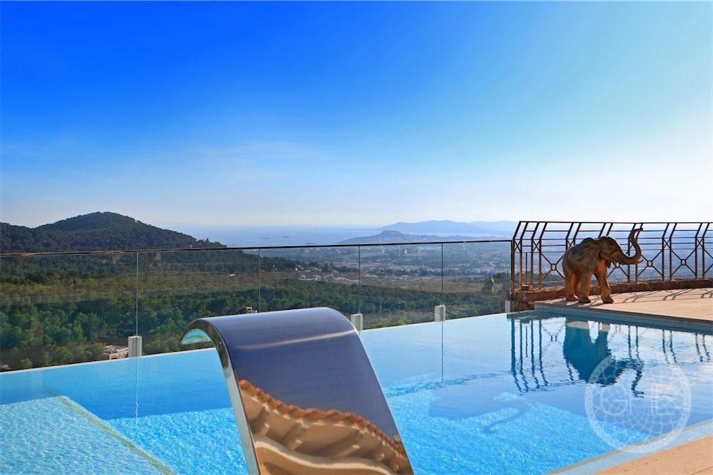 Luxury villa with spectacular views in safe urbanisation