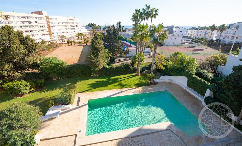 Tiptop apartment with distant sea views close to town
