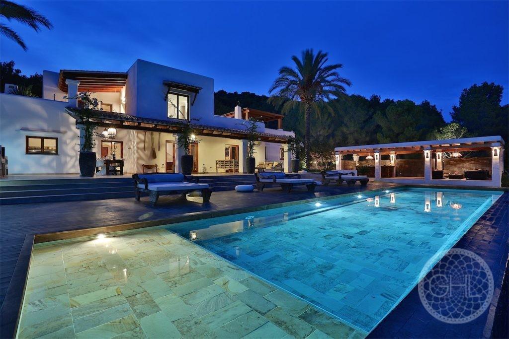 Wunderbar gelegene luxuriöse rustikale Villa mit Meerblick