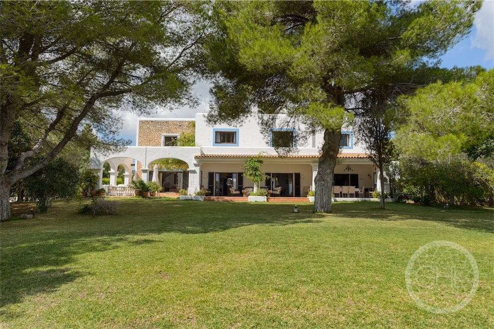 Exceptional classic mansion in the centre of the island