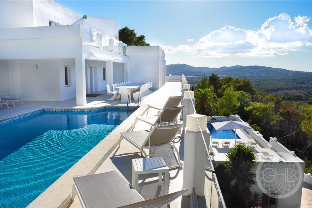 Große Villa mit herrlichem Blick auf die ganze Insel