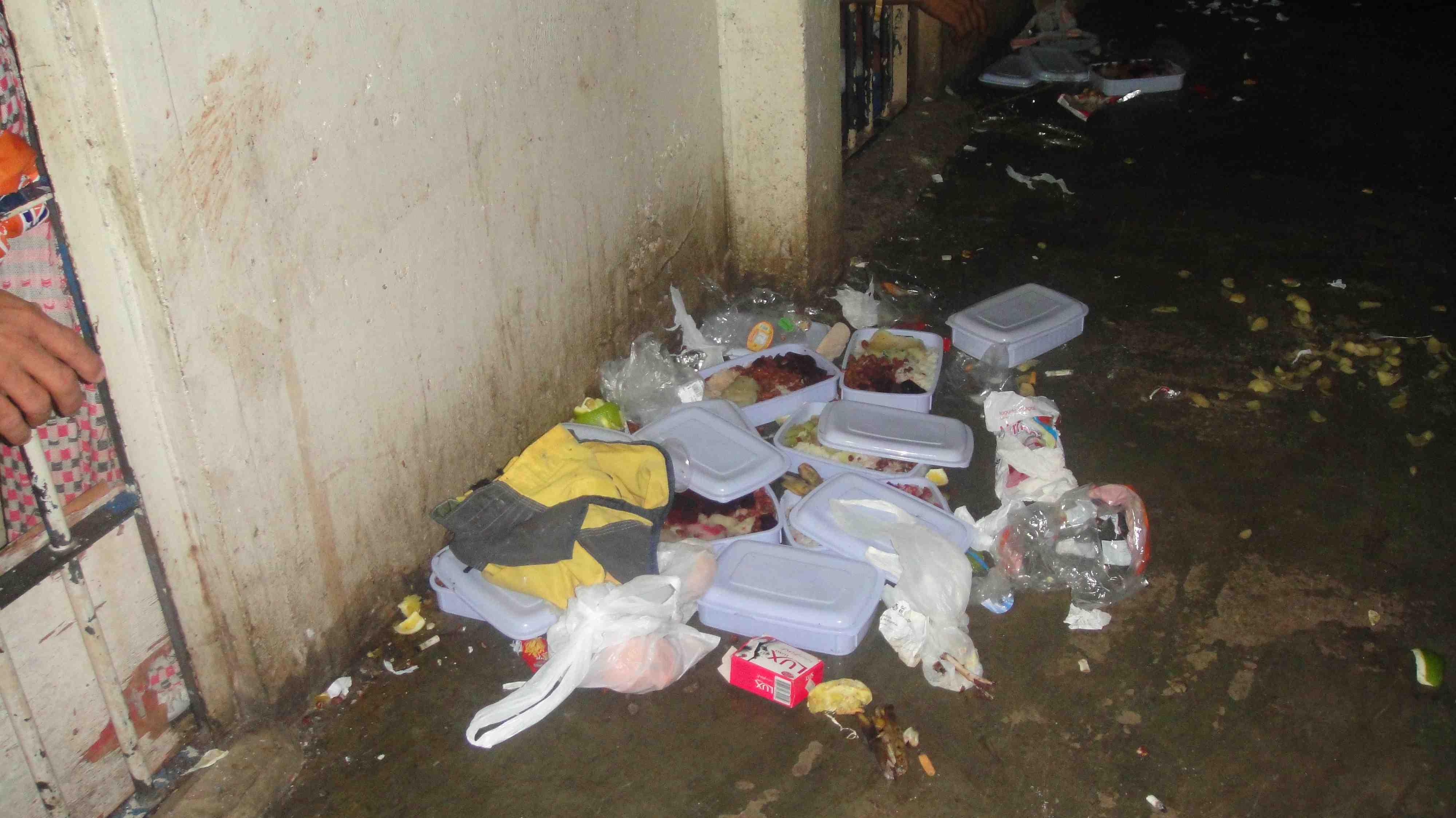 Comida servida em embalagens inapropiadas. Estragadas ou insuficiente.