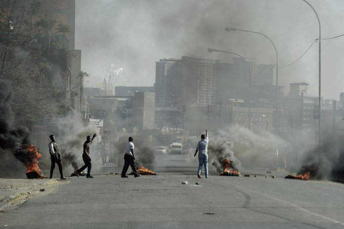 Rand Slumps With South African Riots Spreading Amid Covid Surge