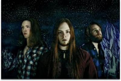 Left to right: Guðjón Reynisson (drummer), Óskar Logi Ágústsson (singer/guitarist), Alexander Örn Númason (bass)