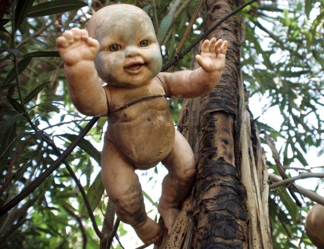 Island of the Dolls https://commons.wikimedia.org/wiki/File:Xochimilco_isla_de_las_munecas_cropped.jpg