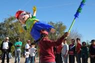Mientras la consulta transcurría, las niñas y niños disfrutaron de una piñata.