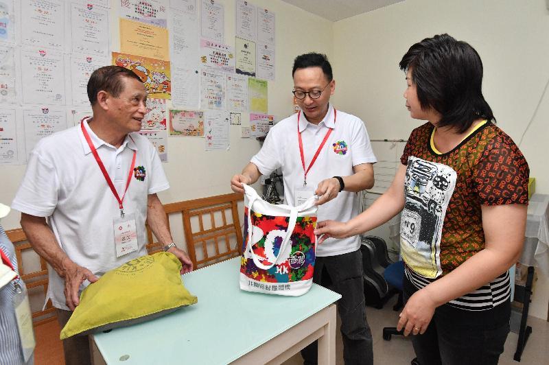 公務員事務局局長參與離島區「共慶回歸顯關懷」家訪活動(附圖)