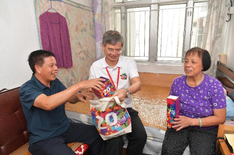 勞工及福利局局長到訪元朗區並參與「共慶回歸顯關懷」家訪活動(附圖)