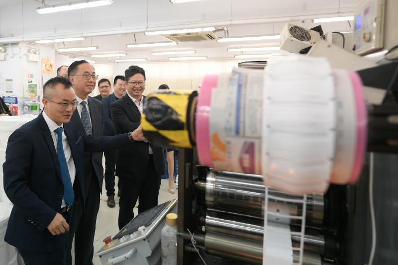 創新及科技局局長訪問葵青區(附圖)