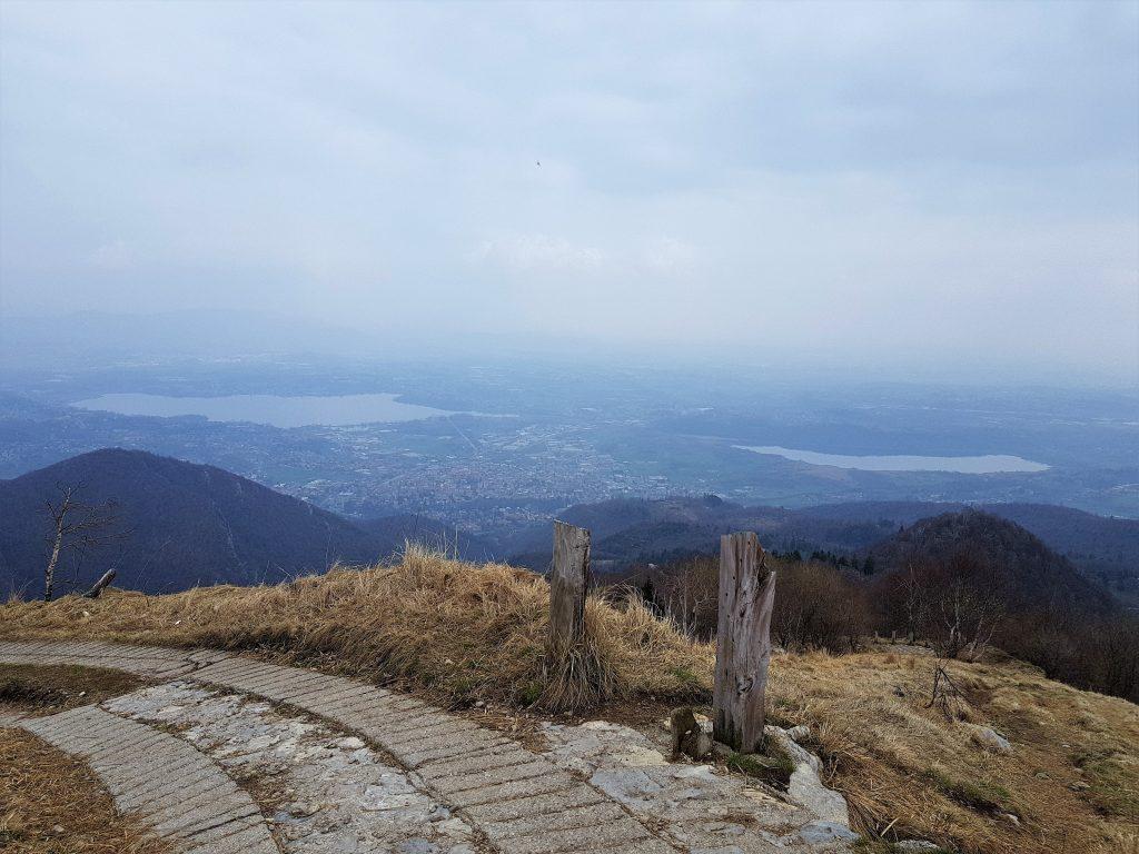 Panorama sul lago e le montagne
