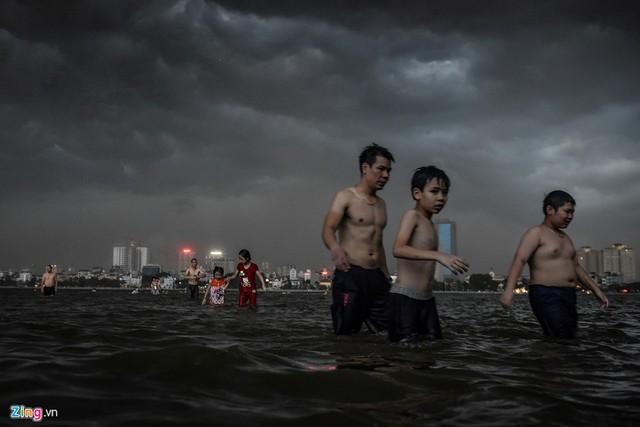 Hà Nội: Mây đen giăng kín kèm gió lốc, thanh niên đang tắm vội chạy lên bờ