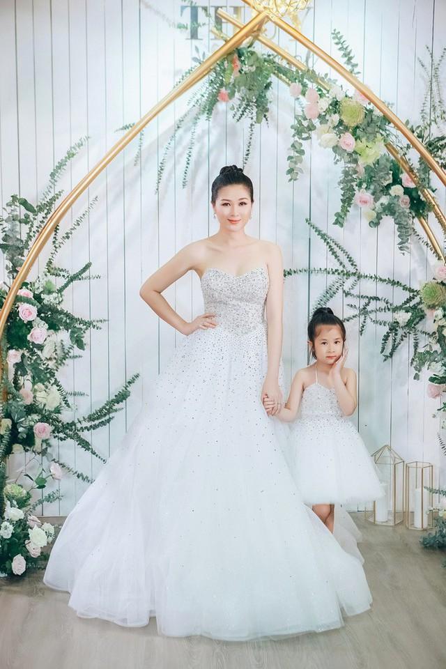 Bà xã Huy Khánh cùng con gái diện váy đôi trắng muốt.
