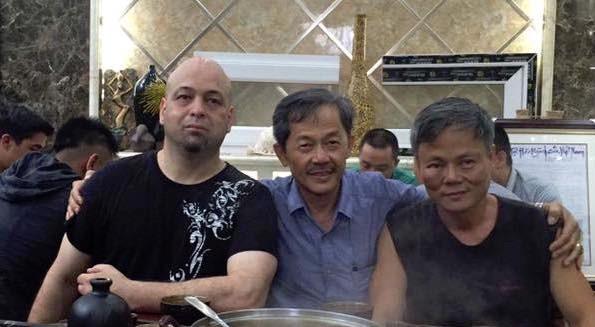Võ sư Flores (bên trái ảnh, 41 tuổi, nặng 91 kg) có 2 trận thắng trước các đối thủ chênh lệch về độ tuổi và cân nặng, lần lượt là ông Đoàn Bảo Châu (52 tuổi, 61 kg) và ông Trần Lê Hoài Linh (59 tuổi, nặng 65 kg).