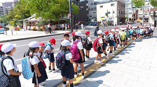 Trẻ em Nhật tự đi học có hội phụ huynh trông chừng - Ảnh 1.