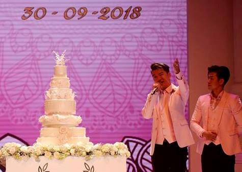 Ca sĩ Đàm Vình Hưng tại lễ cưới với vai trò dẫn dắt như MC /// Nguồn ảnh: canhdongbattanstudio.com