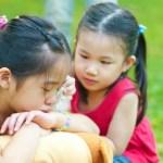 Thay vì bắt con nói lời xin lỗi, đây mới là việc quan trọng bố mẹ cần dạy con  - Ảnh 1.