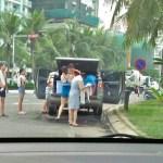 Góc khó hiểu: Đỗ xe bán tải giữa đường, cả gia đình thản nhiên đứng tắm trên đường phố Đà Nẵng